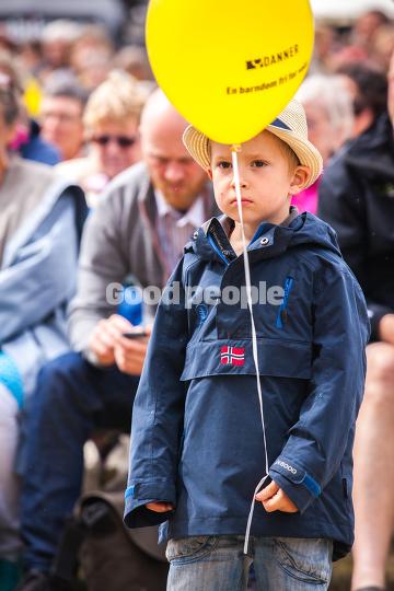 Dreng med gul ballon.