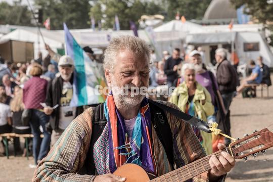 Mand spiller guitar