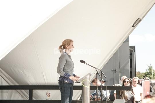 Hele Thorning-Schmidt holder tale på hovedscenen