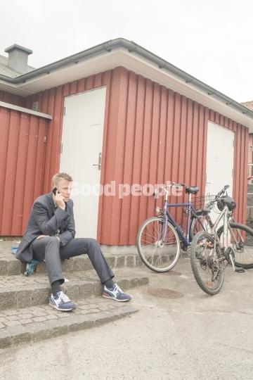 Mand taler i telefon