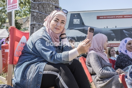 Glad kvinde med telefon