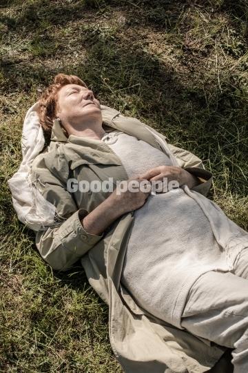 Afslappet kvinde i græsset
