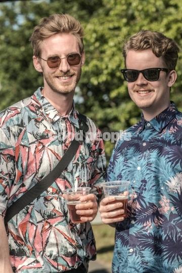 2 mænd med solbriller og hawaii-skjorter