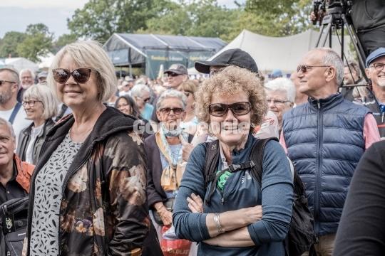 Glade gæster med solbriller
