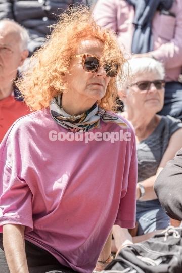 Kvinde med solbriller iblandt publikum