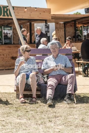 Mand og kvinde sidder på paller