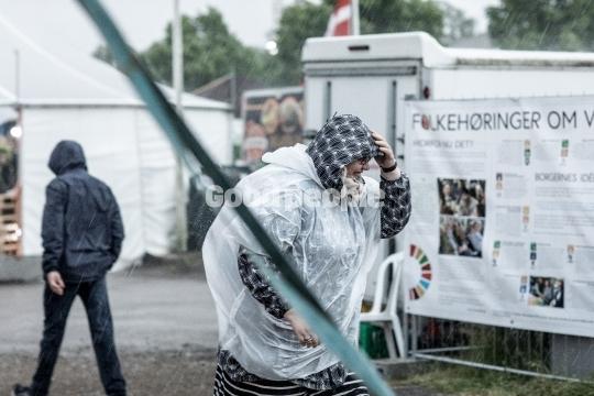 Kvinde i regnen