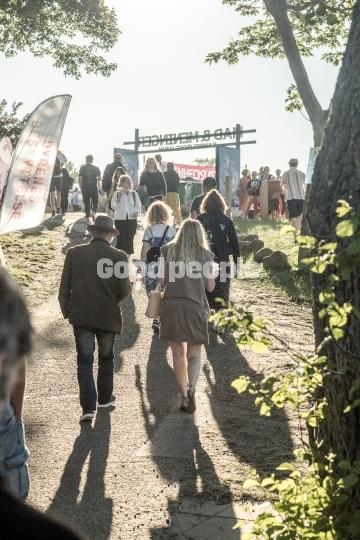 Folkemødegæster på stien